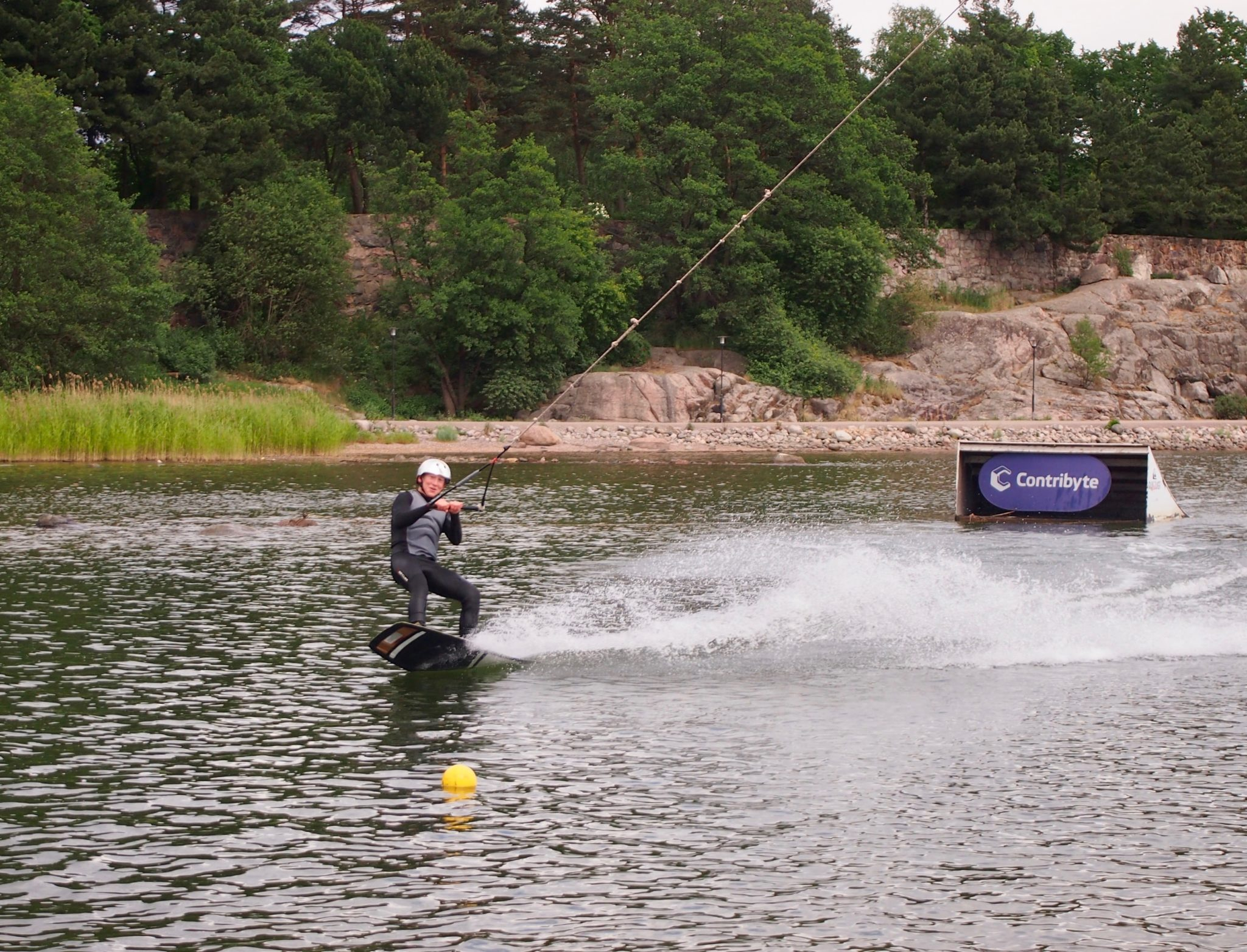 Kumparelaskija Akseli Ahvenainen viettää kesän wakeboardin parissa ja haaveilee paikasta olympiajoukkueessa